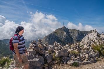 Jezerski Vrh - na szczycie, Mikołaj patrzy na najwyższy szczyt Lovcen