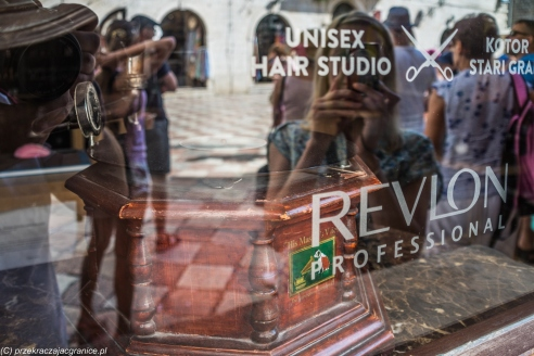 Kotor - Renia bawi się w chowanego