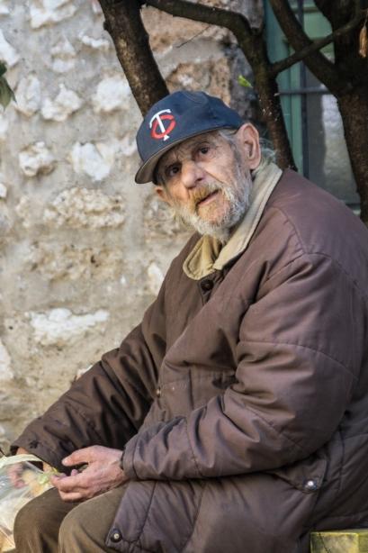 Sarajewo - człowiek karmiący gołębie
