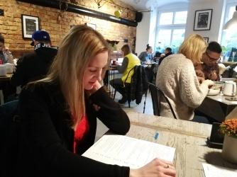 Poznań - Renia uważnie studiuje kartę dań