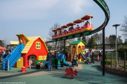 Legoland - kolejka nad osiedlem domków