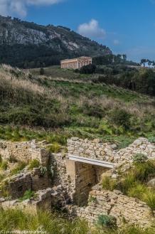 Segesta - brama i świątynia w oddali